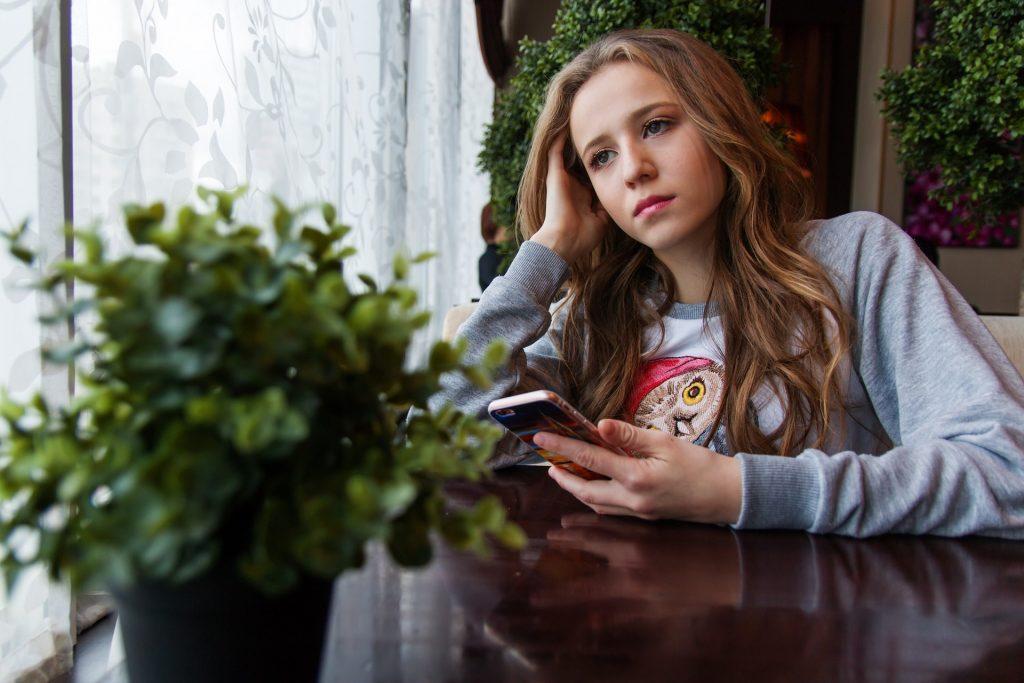 teen girl-1848477_1920
